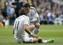 Cristiano Ronaldo conversa com Gareth Bale em partida do Real Madrid contra o Málaga. 18/04/2015 REUTERS/Andrea Comas