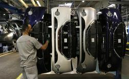 """PSA Peugeot Citroën a décidé d'augmenter sa production européenne de 10%, le retour de la demande venant à point nommé pour soutenir le plan de redressement du constructeur automobile, """"Back in the race"""". /Photo d'archives/REUTERS/Gonzalo Fuentes"""