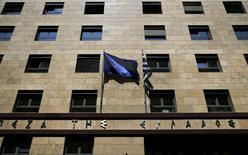 Le siège de la banque centrale grecques, à Athènes. Les valeurs bancaires grecques sont en net repli mardi à Athènes et les rendements des obligations d'Etat remontent après des informations selon lesquelles la Banque centrale européenne (BCE) envisage de durcir ses exigences de garanties pour la fourniture de liquidités aux banques helléniques. /Photo prise le 14 avril 2015/REUTERS/Alkis Konstantinidis