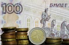 Монеты евро на фоне банкноты 100 рублей. Зеница, 21 апреля 2015 года. Рубль ушел в плюс после невнятного открытия биржевой сессии за счет незначительного превалирования продавцов валюты и в ожидании роста продаж экспортной выручки под уплату апрельских налогов. REUTERS/Dado Ruvic