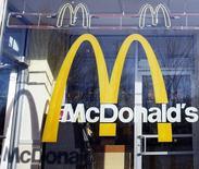 Логотип McDonald's на окне ресторана в Нью-Йорке. 24 января 2011 года. Крупнейшая в мире сеть ресторанов McDonald's Corp сообщила в среду о снижении квартальной выручки на 11 процентов до $5,96 миллиарда. REUTERS/Shannon Stapleton