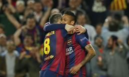Iniesta e Neymar comemoram gol do Barcelona na partida contra o PSG no Camp Nou. 21/04/2015 REUTERS/Albert Gea