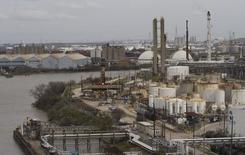 НПЗ в Хьюстоне 30 января 2012 года. Запасы нефти в США выросли за неделю, завершившуюся 17 апреля, на 5,3 миллиона баррелей до 489 миллионов баррелей, сообщило Управление энергетической информации (EIA) в среду. REUTERS/Richard Carson