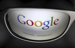 Google a lancé mercredi un service sans fil aux Etats-Unis qui permet de passer automatiquement du réseau cellulaire au service Wi-Fi gratuit afin de réduire la consommation de données payantes et de limiter ainsi la facture des clients. /Photo d'archives/REUTERS/Francois Lenoir