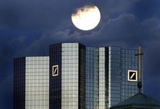 Штаб-квартира Deutsche Bank во Франкфурте-на-Майне. 28 января 2002 года. Американские и британские регуляторы в четверг оштрафовали Deutsche Bank на $2,5 миллиарда, а его лондонское подразделение было признано виновным в манипуляциях процентными ставками. REUTERS/Kai Pfaffenbach REUTERS