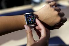 En la foto, un cliente mira a un reloj de Apple en Palo Alto, California, el 10 de abril de 2015. El lanzamiento del viernes del Apple Watch tendrá poca fanfarria, algo inusual para un producto de la compañía que podría reflejar cierta incertidumbre sobre la demanda para el primer aparato del presidente ejecutivo de la empresa, Tim Cook. REUTERS/Robert Galbraith