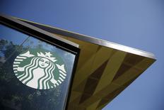 Кафе сети Starbucks в Лос-Анджелесе 26 марта 2015 года. Starbucks Corp сообщила, что ее продажи в кофейнях в Америке выросли сильнее ожиданий благодаря продажам сэндвичей, обедов и новых напитков, таких как флэт уайт. REUTERS/Lucy Nicholson