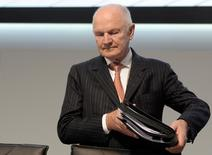 Ferdinand Piech, chairman of the board of German carmaker Volkswagen, carries his documents as he arrives at the 51th annual shareholders meeting in Hamburg on May 3, 2011.  REUTERS/Fabian Bimmer (GERMANY - Tags: TRANSPORT BUSINESS) - RTR2LXPA