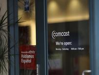 Les câblo-opérateurs américains Comcast et Time Warner Cable ont annoncé vendredi l'abandon de leur projet de fusion d'un montant de 45 milliards de dollars (41,5 milliards d'euros), qui se heurtait à l'opposition des autorités de la concurrence. /Photo d'archives/REUTERS/Robert Galbraith