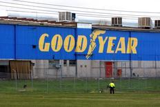 El logo de la fabricante de llantas Goodyear en la planta South Pacific Tyres en Somerton, Australia, jun 26 2008.  El fabricante de llantas Goodyear Tire & Rubber Co. invertirá 550 millones de dólares en una nueva planta en el centro de México, dijo el viernes el secretario de Economía, Ildefonso Guajardo, en la más reciente inyección de capital al dinámico sector automotriz del país.   REUTERS/Mick Tsikas   (AUSTRALIA) - RTX7CKG