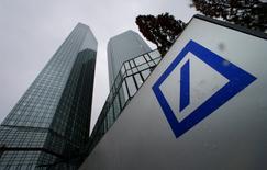 Deutsche Bank a annoncé vendredi soir qu'elle allait réduire la voilure dans la banque d'investissement, déconsolider sa filiale Postbank et sabrer ses coûts suivant un plan de restructuration destiné à restaurer sa rentabilité. /Photo prise le 29 janvier 2015/  REUTERS/Ralph Orlowski