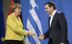 """En la imagen de archivo, la canciller alemana, Angela Merkel, y el primer ministro griego, Alexis Tsipras, se saludan tras ofrecer una conferencia de prensa conjunta en Berlín, el 23 de marzo de 2015. El juego del gato y el ratón entre Grecia y sus acreedores internacionales se está convirtiendo en un círculo vicioso, en el que todos se echan la culpa mientras Atenas está cada vez más cerca de la bancarrota, sin un acuerdo de """"dinero por reformas"""" a la vista. REUTERS/Hannibal Hanschke    - RTR4UJHI"""