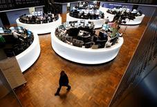 Les Bourses européennes se redressent mais évoluent en ordre dispersé lundi à mi-séance, les incertitudes persistantes autour de la dette de la Grèce incitant des investisseurs à prendre des bénéfices après le début d'année faste. À Paris, le CAC 40 a effacé une partie de ses pertes de la matinée et cédait 0,14% vers 12h30. À Francfort, le Dax prend en revanche 0,52% et à Londres, le FTSE grignote 0,03%. /Photo prise le 22 janvier 2015/REUTERS/Ralph Orlowski