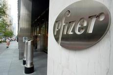 Pfizer a vu son chiffre d'affaires reculer de 4% au premier trimestre sous l'effet de la fermeté du dollar. Il dépasse cependant légèrement le consensus, à 10,86 milliards de dollars contre 10,76 milliards attendus. /Photo d'archives/REUTERS/Jeff Christensen