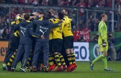 Jogadores do Borussia Dortmund comemoram vitória enquanto goleiro do Bayern de Munique, Manuel Neuer, passa ao lado, em Munique, na Alemanha, nesta terça-feira. 28/04/2015 REUTERS/Michaela Rehle