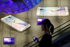 Samsung Electronics est redevenu au premier trimestre le premier fabricant mondial de smartphones au détriment d'Apple. Le sud-coréen a livré 83,2 millions de smartphones dans le monde, soit une part de marché de 24%., contre 18% pour la marque à la pomme. /Photo prise le 24 avril 2015/REUTERS/Edgar Su