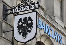 Barclays a constitué de nouvelles provisions d'un montant de 800 millions de livres (1,12 milliard d'euros) destinées à couvrir des amendes et règlements amiables liés à une manipulation présumée du marché des changes et à d'autres errements passés, ce qui a eu pour effet de réduire le bénéfice trimestriel d'un quart. /Photo d'archives/REUTERS/Toby Melville