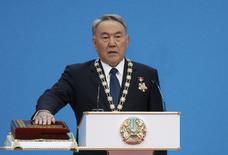 Президент Казахстана Нурсултан Назарбаев на церемонии инаугурации в Астане 29 апреля 2015 года. Правительство Казахстана в среду ушло в отставку, как того требует Конституция в связи с выборами президента, на которых в воскресенье власть бессменно правящего Нурсултана Назарбаева была продлена еще на пять лет. REUTERS/Mukhtar Kholdorbekov