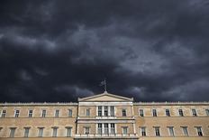 Bandeira grega no prédio do Parlamento, em Atenas.   07/04/2015   REUTERS/Alkis Konstantinidis