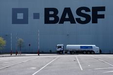 Le numéro un mondial de la chimie BASF pense que la contraction des résultats de sa filiale pétrolière et gazière Wintershall, due à la baisse des cours pétroliers, annulera cette année les bénéfices des divisions pétrochimie et protection des cultures. /Photo prise le 23 avril 2015/REUTERS/Ralph Orlowski