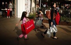 En la imagen, personas compran en el centro comercial The Grove en Los Angeles. 26 de noviembre, 2013. El gasto del consumidor estadounidense ascendió en marzo ya que las familias incrementaron las compras de bienes duraderos, sugiriendo que la economía recuperaba algo de impulso después de casi frenarse en seco en el primer trimestre. REUTERS/Lucy Nicholson