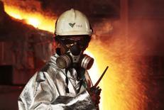 Funcionário monitora processo de fundição de níquel próximo a Sorowako, Indonésia. 08/01/2014 REUTERS/Yusuf Ahmad