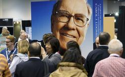 Berkshire Hathaway shareholders walk by Berkshire CEO Warren Buffett's image at the shareholder's shopping day in Omaha, Nebraska May 1, 2015.  REUTERS/Rick Wilking