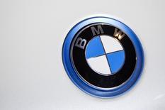 Эмблема BMW на автосалоне в Нью-Йорке. 2 апреля 2015 года. Операционная прибыль немецкого автопроизводителя BMW AG в первом квартале выросла на 20,6 процента благодаря спросу на большие дорогие внедорожники в Европе и США, сообщила компания. REUTERS/Eric Thayer