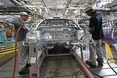 Imagen de trabajadores en una línea de montaje del Renault Clio IV en una fábrica de Renault en Flins, al este de París, Francia, el 5 de mayo de 2015. Las empresas de la zona euro comenzaron el segundo trimestre con un crecimiento sólido gracias a una cartera fortalecida de pedidos que animó de nuevo a aumentar las contrataciones, según un sondeo difundido el miércoles. REUTERS/Benoit Tessier