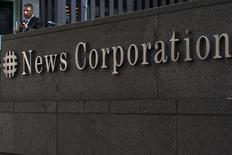 El logo de News Corporation es visto en el edificio de la compañía, en Nueva York, el 28 de junio de 2012. News Corp, propietario del Wall Street Journal y de HarperCollins, informó de una caída de sus ingresos y sus beneficios trimestrales debido a los cambios en las paridades monetarias y una disminución de la publicidad en sus diarios. REUTERS/Keith Bedford/Files
