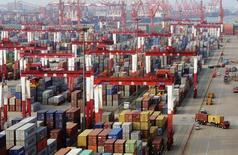 Port de Qingdao, province de Shandong. Les exportations de la Chine ont baissé contre toute attente en avril, tandis que les importations ont diminué plus que prévu, alimentant l'hypothèse que de nouvelles mesures de soutien à la croissance seront prises pour parer à un ralentissement encore plus prononcé qu'il ne l'est actuellement. /Photo d'archives/REUTERS