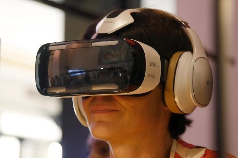 An attendee tries an Oculus-powered Samsung Gear VR headset during the French telecom Orange annual company's innovations show in Paris October 2, 2014.  REUTERS/Charles Platiau