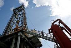 Les cours du pétrole ont terminé en hausse de près de 1% vendredi sur le marché new-yorkais Nymex, portés par l'annonce de bons chiffres de l'emploi aux Etats-Unis, ce qui est de bon augure pour la consommation d'or noir, et par le début, apparemment prématuré, de la saison des ouragans. /Photo d'archives/REUTERS/Enrique De La Osa