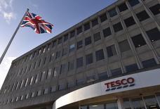 Tesco discute avec ses banquiers de la mise en vente de ses activités de téléphonie mobile, le numéro un de la distribution en Grande-Bretagne, qui a connu une année 2014 noire, s'étant engagé dans un programme de cession d'actifs jugés non-stratégiques, rapporte le Financial Times. /Photo prise le 8 janvier 2015/ REUTERS/Toby Melville