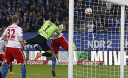 Goleiro do Freiburg, Roman Buerki, falha na defesa, enquanto Gojko Kacar, do Hamburgo,  marca durante jogo do Campeonato Alemão, em Hamburg, nesta sexta-feira. 08/05/2015 REUTERS/Morris Mac Matzen