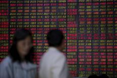 Инвесторы в брокерской конторе в Шанхае. 12 мая 2015 года. Азиатские фондовые рынки завершили торги вторника разнонаправленно под влиянием местных факторов. REUTERS/Aly Song