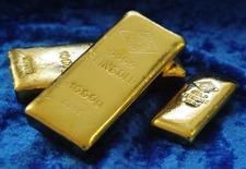 Слитки золота на заводе  'Oegussa' в Вене. 16 апреля 2013 года. Цены на золото растут по мере снижения доллара и европейских фондовых рынков за счет распродажи облигаций. REUTERS/Heinz-Peter Bader