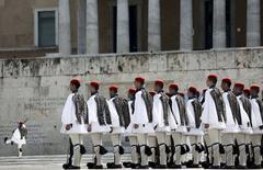 Soldados presidenciales griegos en una ceremonia frente al Parlamento en Atenas, mayo 10 2015. Cuando el izquierdista radical Alexis Tsipras ganó la elección general de Grecia, a fines de enero, se convirtió por un corto tiempo en un ícono para la izquierda europea. REUTERS/Kostas Tsironis