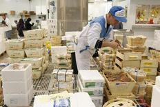 """L'emploi salarié dans les secteurs marchands non agricoles en France a diminué de 0,1% au premier trimestre en France, avec 13.500 postes détruits, selon l'estimation """"flash"""" de l'Insee. Sur un an, il accuse un recul de 0,4% (-68.500 emplois).  /Photo d'archives/REUTERS/Benoît Tessier"""