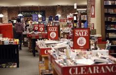 Libros a la ventan en una tienda de la cadena Barnes & Noble en Pasadena, EEUU, nov 26 2013. Las ventas minoristas de Estados Unidos permanecieron estables en abril debido a que los hogares redujeron las compras de automóviles y otros ítems costosos, lo que indica que la economía está luchando por repuntar con fuerza tras un magro crecimiento en el primer trimestre.  REUTERS/Mario Anzuoni