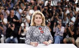 """Catherine Deneuve posa para la sesión fotográfica de la película """"La tete haute"""", en la apartura del Festival de Cannes, en Cannes, 13 de mayo de 2015. La película de Emmanuelle Bercot """"La Tete Haute"""", una elección inusual para abrir el Festival de Cine de Cannes, es una cruda historia del crimen juvenil que se hace eco de la atmósfera en una Francia que aún se recupera de los mortales ataques ocurridos en París en enero. REUTERS/Eric Gaillard"""
