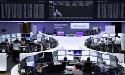 Operadores en sus puestos de trabajo en la bolsa de valores de Fráncfort, mayo 7 2015. Las acciones europeas cerraron en baja el miércoles, tras datos débiles de la economía estadounidense que hicieron que el euro se fortaleciera e impactara a las bolsas de la región, cuyas compañías exportadoras se han beneficiado hasta ahora de una depreciación de la moneda europea.     REUTERS/Remote/Staff