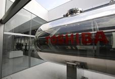 Une enquête interne sur des soupçons d'irrégularités comptables va conduire Toshiba à revoir en baisse ses bénéfices de trois exercices d'environ 7%, une ampleur relativement limitée qui soulage les investisseurs. /Photo prise le 6 avril 2015/REUTERS/Toru Hanai