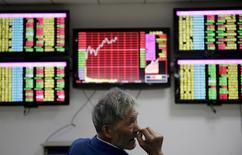 Инвестор в брокерской конторе в китайском городе Ухань. 20 апреля 2015 года. Азиатские фондовые рынки завершили торги четверга разнонаправленно под влиянием локальных факторов. REUTERS/Stringer
