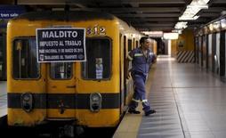 Un trabajador del metro sale de un tren en una estación vacía durante un día de huelga nacional en Bueno Aires, 31 de marzo de 2015.  La principal central sindical opositora de Argentina dijo el jueves que se sumará en junio a una huelga general anunciada por gremios del transporte, que reclaman fuertes aumentos salariales y una baja en el impuesto a los sueldos para paliar los efectos de la elevada inflación. REUTERS/Marcos Brindicci