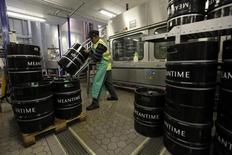 Um funcionário arruma barris de cerveja na Meantime, em Londres. 10/05/2012 REUTERS/Stefan Wermuth