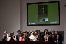 Funcionário da Christie's durante leilão de escultura de Alberto Giacometti, em Nova York. 11/05/2015 REUTERS/Carlo Allegri TPX IMAGES OF THE DAY