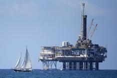 Plataforma de petróleo en Huntington Beach, California, 28 de septiembre de 2014. La caída en el número de plataformas petroleras activas en Estados Unidos se ralentizó esta semana, según datos conocidos el viernes, lo que sugiere que el colapso en las faenas de perforación podría estar por llegar a su fin a medida que los precios del crudo se recuperan tras perder un 60 por ciento entre junio y marzo. REUTERS/Lucy Nicholson