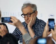 """Jornalistas tiram foto do cineasta Woody Allen durante entrevista coletiva sobre o filme """"Irrational Man"""", no Festival de Cannes, sul da França, nesta sexta-feira. 15/05/2015 REUTERS/Regis Duvignau"""