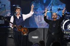 """¿Es la canción de los Beatles """"Lucy in the Sky with Diamonds"""" un himno rebelde al consumo salvaje de drogas, o un emotivo tributo a la imaginación de un niño? Veámoslo. En la imagen, Paul McCartney y Ringo Starr tocan en Los Angeles en una fotografía de archivo tomada el 28 e enero de 2014. REUTERS/Mario Anzuoni (UNITED STATES - Tags: ENTERTAINMENT)"""
